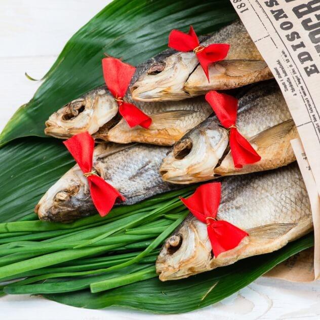 Однако, если подарить необычный букет, состоящий из сушеной рыбы, мужчина будет приятно удивлен.